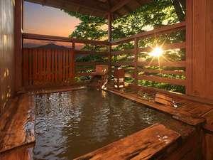 黄金の湯が掛け流されている総檜造りの貸切露天風呂(要予約)
