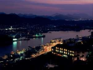 尾道水道の夕景を背にたたずむ千光寺山荘