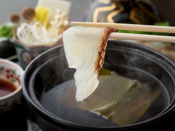 """【鯛しゃぶしゃぶ】半透明で美しい""""鯛身""""をサッとお箸でくぐらせる。鞆の浦名物の""""上品な味わい""""を。"""