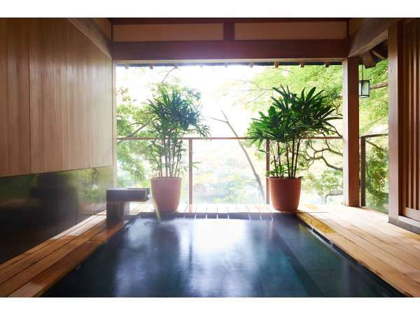 露天風呂『静寛の湯』は早川沿いに位置し、瀬音をお楽しみいただけます。