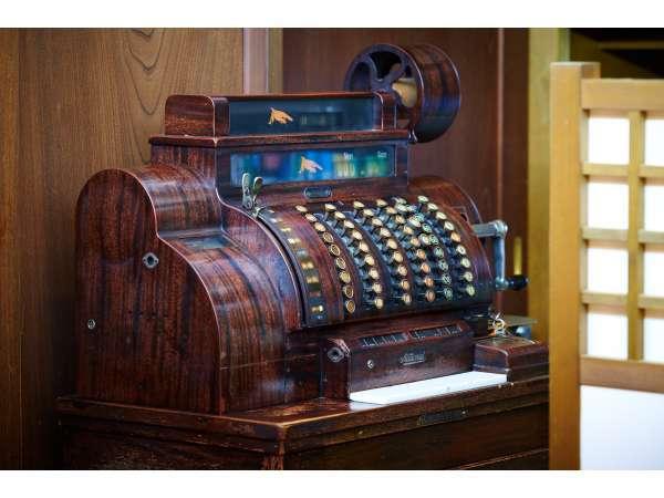 大正時代の『キャッシュレジスター』御帳場にございますので、ぜひご覧になってくださいませ。