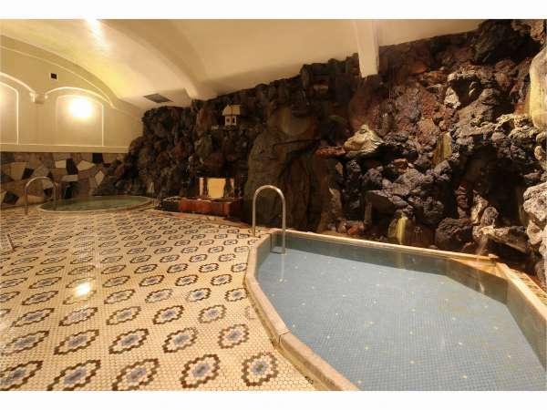 大正風呂は一晩中お入りいただけます。新鮮な源泉掛け流しの温泉をお楽しみくださいませ。