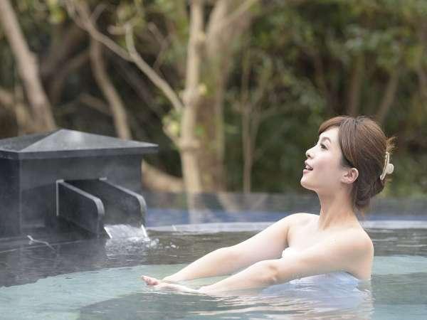 【大浴場・露天風呂】木々の香りと静かな水面に映り込む四季折々の風情が楽しめます。