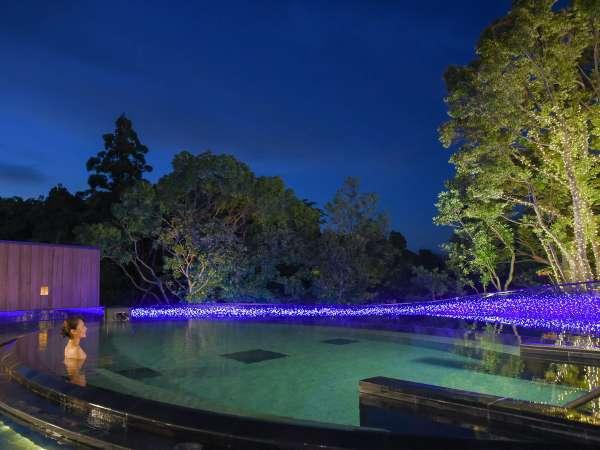【大浴場・露天風呂】夜はイルミネーションの光に包まれ、幻想的でロマンチックな情景です。