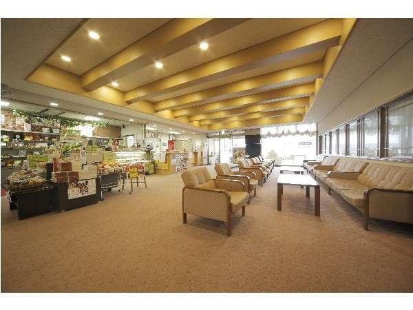 1階売店とロビー。鳥取県の特産から梨にちなんだお土産まで多数取り揃えております。