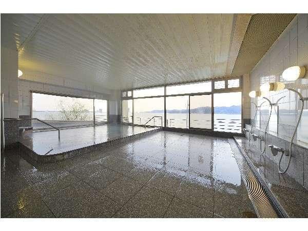 東郷湖が一望できる大浴場。