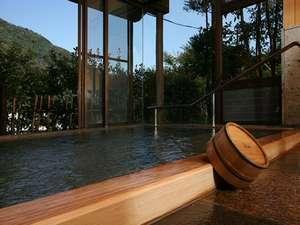 展望大浴場「金殿」は古代桧造り。大理石造りの「銀殿」と日替わりで2カ所ともご利用いただけます。
