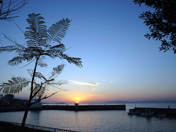 当館から眺める夕日です
