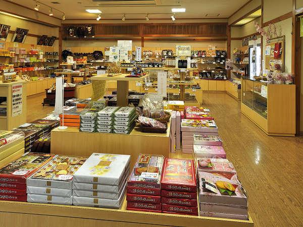 おみやげ処、地元産品を多数取り揃えています。
