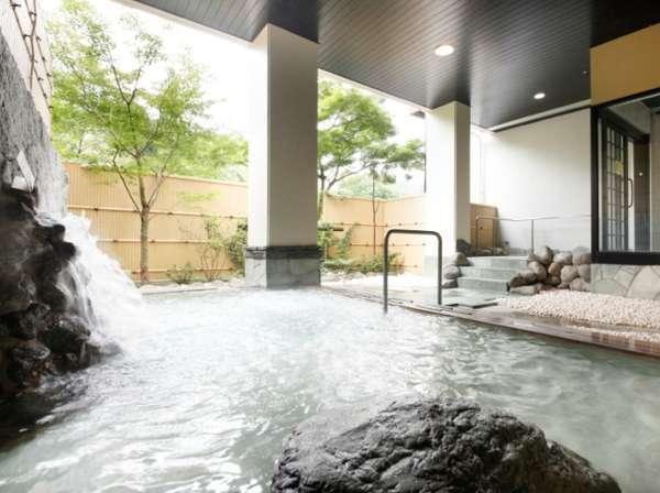 清流の水音を耳に四季折々の景色を楽しめる庭園露天風呂