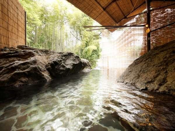 滝川沿いにある源泉かけ流しの渓流露天風呂(お肌にやさしいアルカリ性単純温泉ph値8.9)