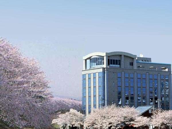 日本一と言われる足羽川桜並木に面したホテル外観