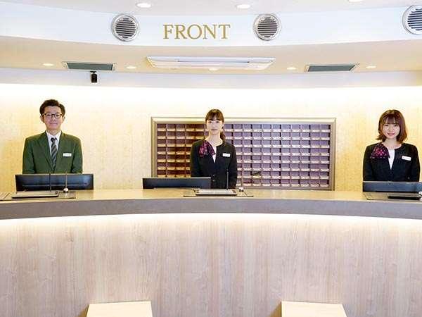 平成30年に改装したフロントは明るく、福井の伝統産業である越前和紙を貼った板でデザインしています。