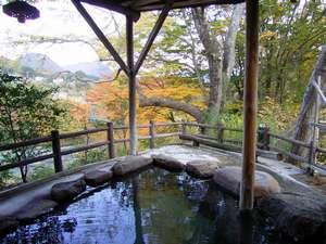 秋・紅葉の露天風呂【水芭蕉の湯】(TVCMや雑誌の表紙にも起用されました)