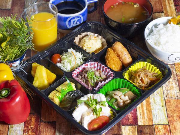 お部屋でご朝食。3蜜回避のためのテイクアウトスタイル。主食は御飯またはパンからお選べいただけます。
