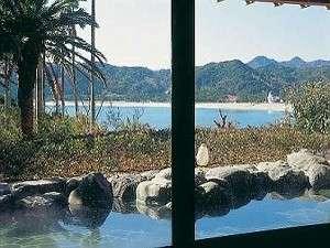パブリックの大浴場露天風呂からも海を望む