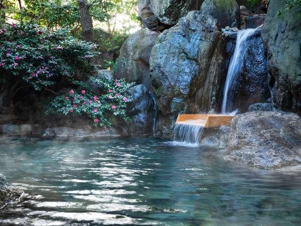 【露天風呂】滝のように源泉が流れ込む、湯量豊富な露天風呂です