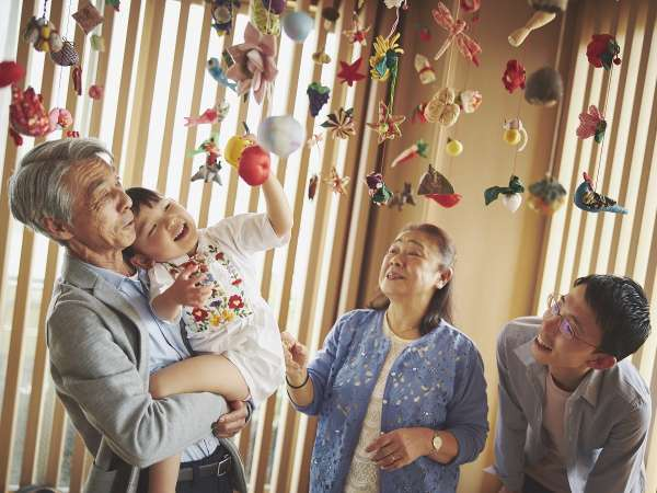 【特別和室】リビングの中央には伊豆の伝統工芸「つるし飾り」に触れられるスペースも