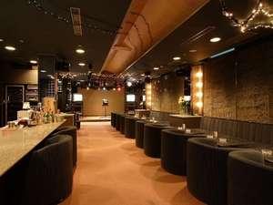 ラウンジコーナー「彩苑」はカラオケとお酒を楽しめる大人の空間