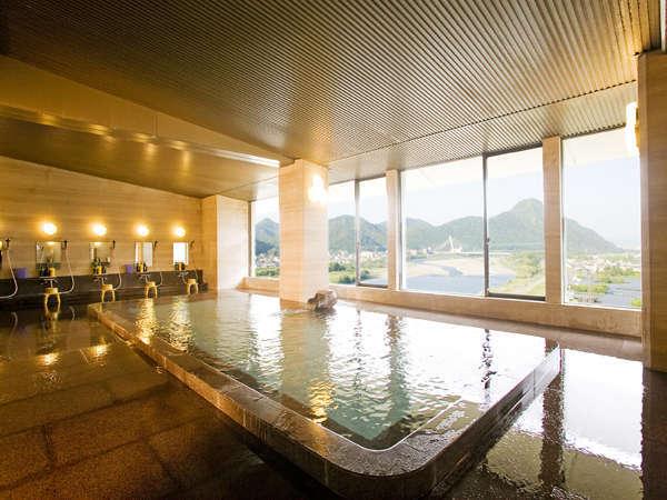 長良川や金華山が眺められる大浴場。