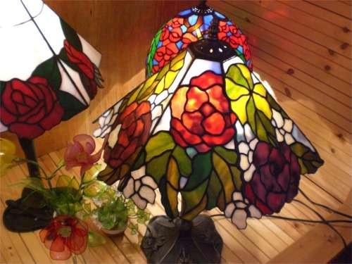 光の世界を演出するステンドグラス館