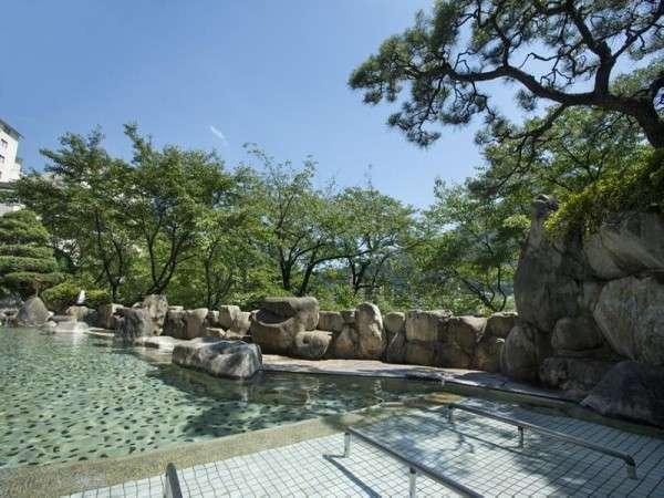 晴天の下、夏の季節を満喫する露天風呂寝湯。夜は星空を眺めて~