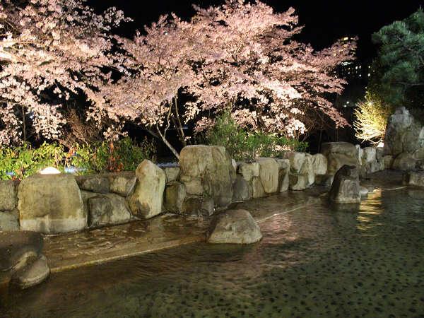 夜桜露天風呂(男性)桜のシーズンは名湯と夜桜で目も身体もリフレッシュして下さい♪