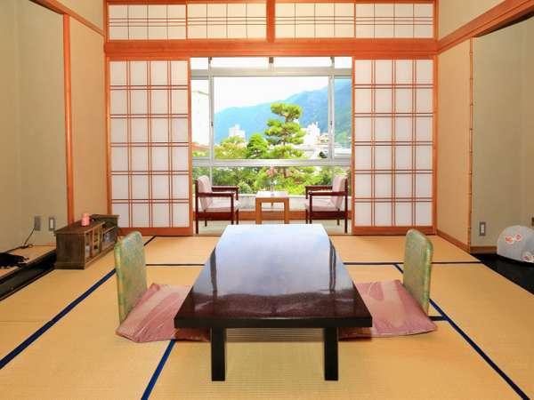 日本庭園に面した和室10畳のお部屋。和の趣を存分にご堪能下さい。