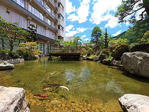錦鯉が元気に泳ぐ日本庭園内の池。ロビーからも一望でき、時間の流れを忘れる。