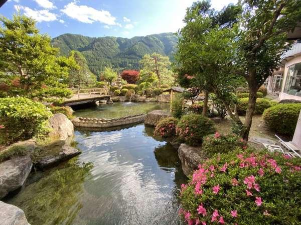 1,100坪の日本庭園。散策もでき、季節によって景色が変わります♪