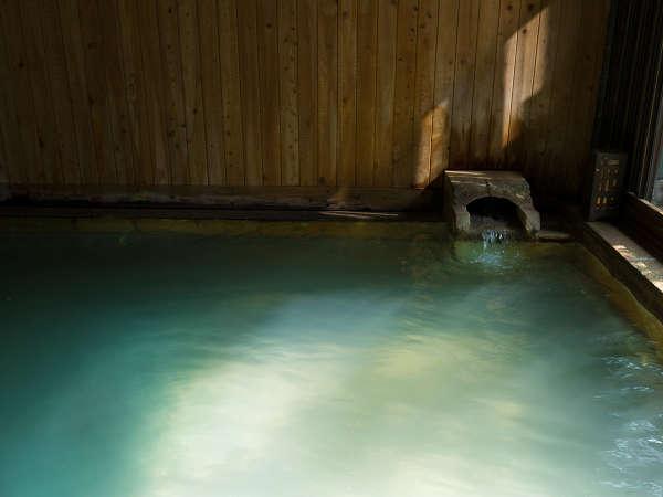 やわらかな湯が肌をすべる。恵まれた泉質だからこそ与えられる、心地よい体験