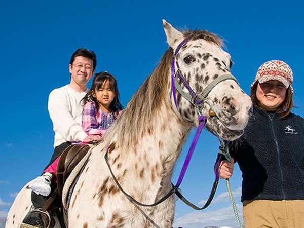 パパと一緒に乗れるから安心♪引き馬体験