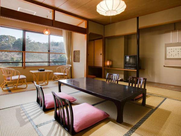 ■華兆亭(バス・トイレ付和室10畳)純和室のお部屋です。落ち着いた山側の眺望をお楽しみいただけます。