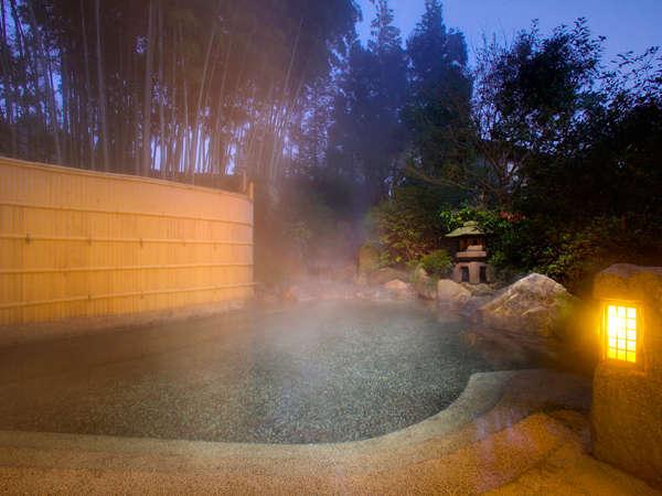 夜の露天風呂はしっとりとした雰囲気で湯あみを楽しめます。