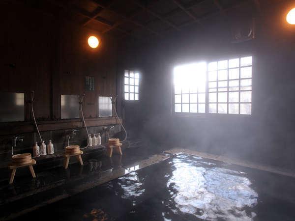 雰囲気のある大浴場の内湯