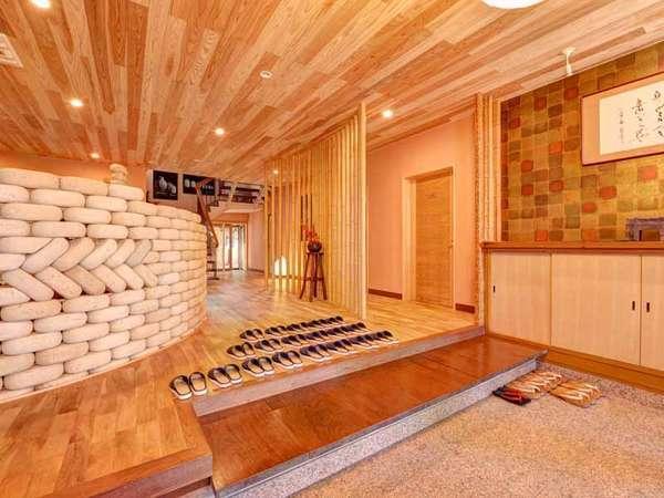 *2012年にリニューアルした本館エントランス。近代的な空間の中に古の雰囲気が漂います。