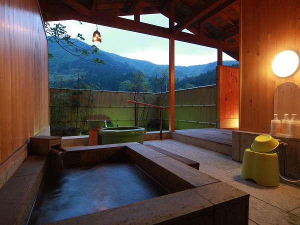 貸切露天風呂(家族風呂)です。石でできた浴槽で石の青がリラックス効果を生みます