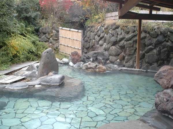 【露天風呂】メタケイ酸を多く含む、なめらかな泉質の「健康の湯」/露天風呂