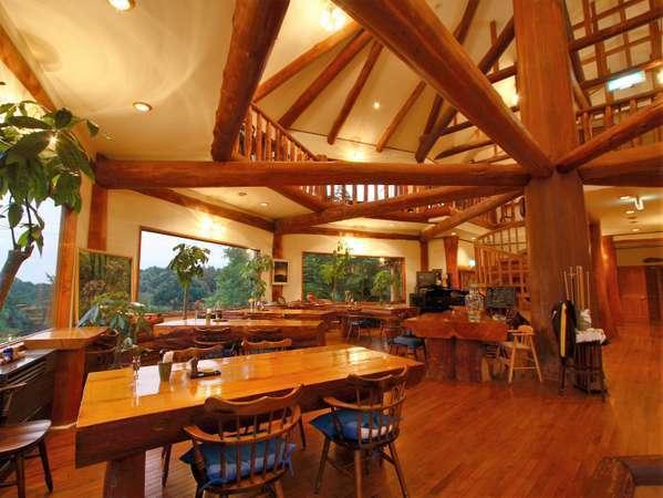 樹齢128年の大黒柱と吹抜けダイニングホール。広々とした空間と無垢材のテーブルで心地よい食事のひと時。