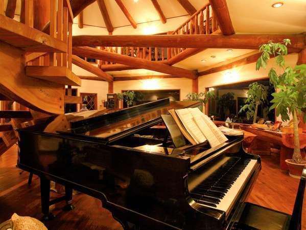 吹き抜けのダイニングホールに柔らかく響くグランドピアノInstagram『#ピアノがある隠れ家』も見てね♪