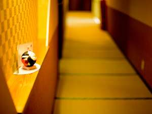 リニューアルしたてのお食事処へ続く畳敷きの廊下