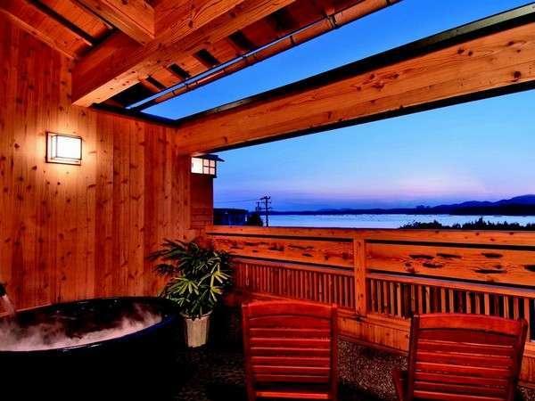 宿前の海を眺める貸切風呂は2種タイプあり。