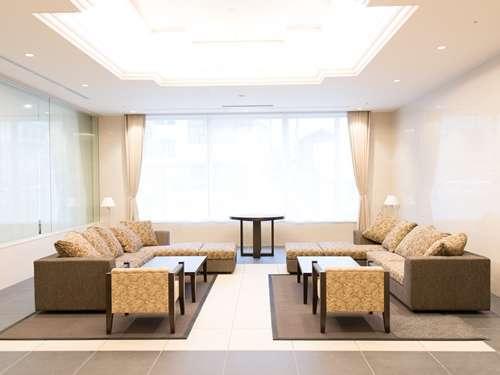 大きな窓から光を取り込むソファーです★