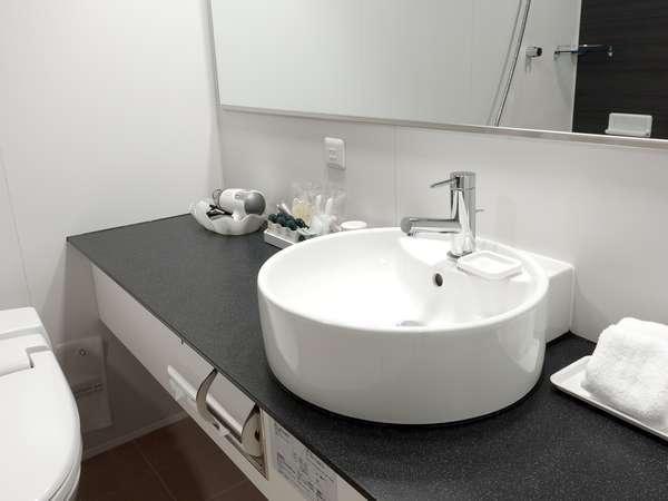 ツインのバスルームは、独立型のベイシンを採用。
