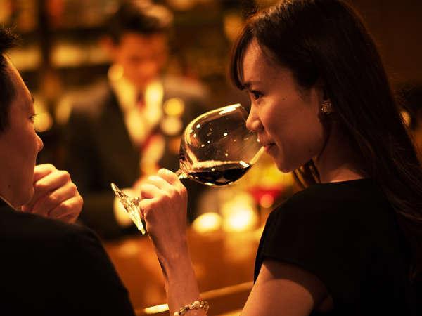 【バー ロイヤルオーク】美酒と心地よい空間に身を委ね、大切な人と過ごす特別なくつろぎを。