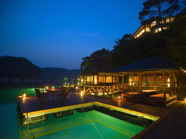 ■乙姫荘■ 海の上の人気のお食事処、水中ライトに集まる魚たちを見ながらご夕食をお楽しみ頂けます