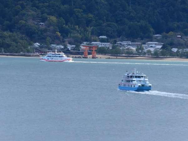 ベランダから見る宮島の鳥居・瀬戸内海・行きかうフェリー