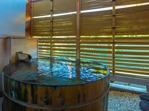 ~露天風呂付き客室~目の前に渓流を望む樽型露天風呂を備えた、かけ流し温泉が贅沢に満喫できる客室です。