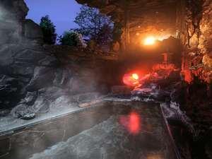 浅間溶岩石を積み上げた「洞窟風溶岩風呂」
