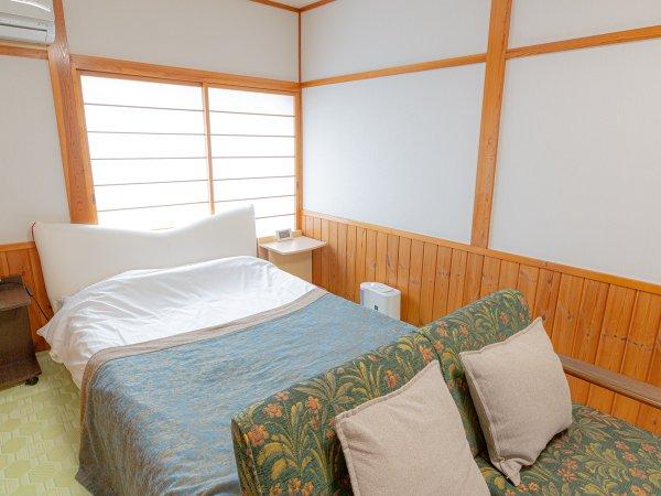 デラックスダブルルームは畳の上にウォーターベッドが設置されています